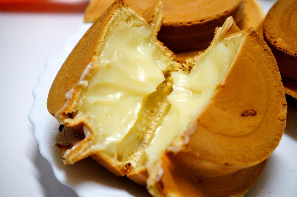 奶油的,餅皮頗薄,內線奶油頗滿的