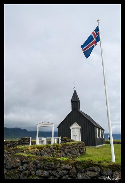 Iglesia negra Búdakirkja con bandera