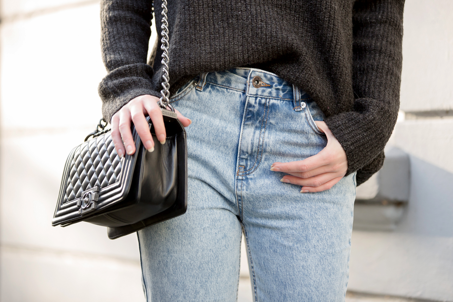 ootd outfit styling mom jeans momjeans pull&bear grey knit knitwear lace chanel chanel boybag leboy asos striped high heels glamour look relax cozy winter düsseldorf cats & dogs blog ricarda schernus fashionblogger 4