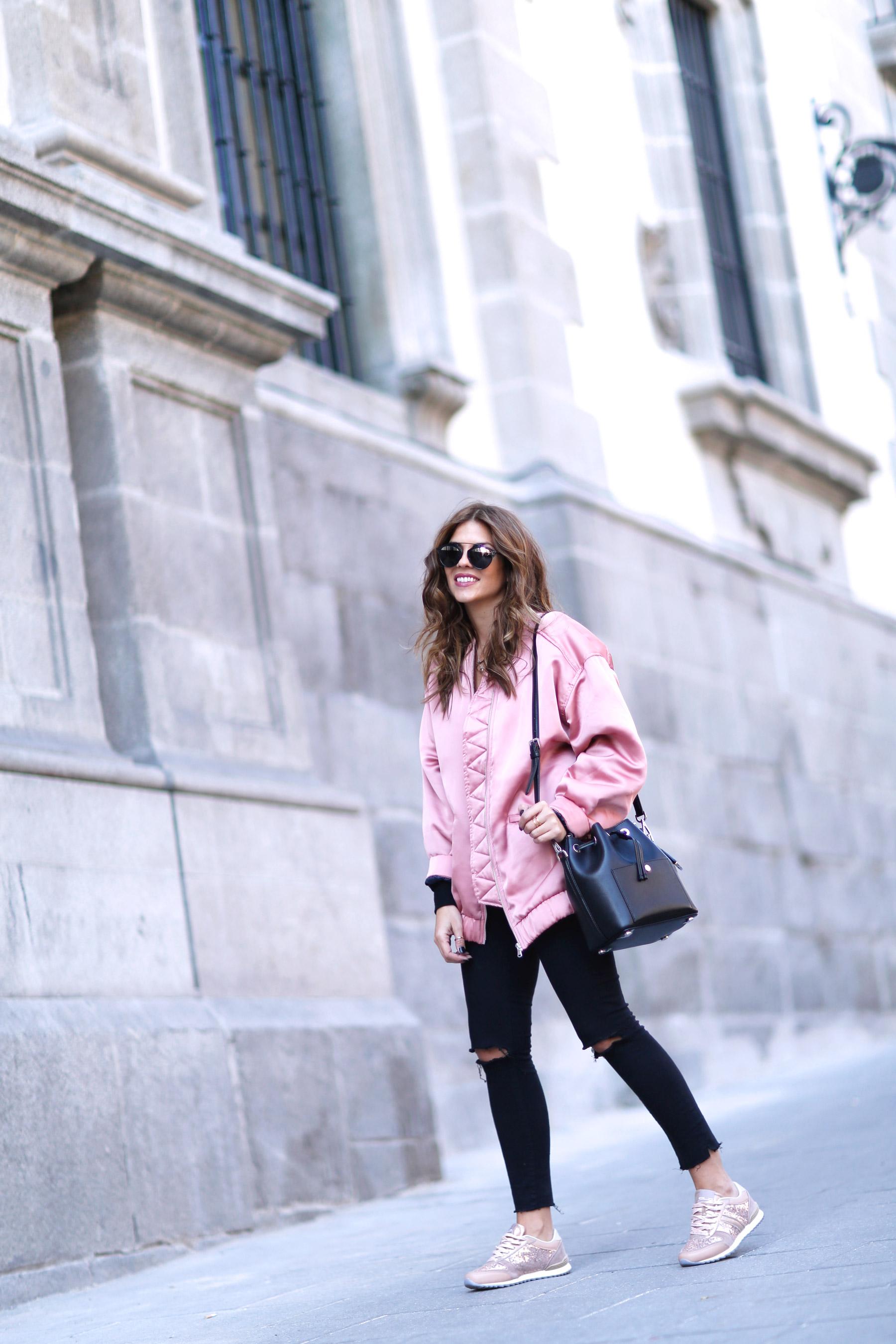 trendy-taste-look-street-style-otono-invierno-2016-bomber-rosa2