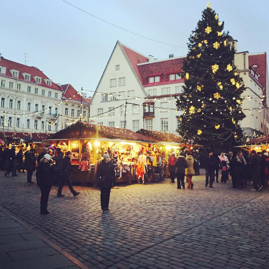 How about a stroll around the Tallinn Christmas market, with a cup of delicious hot wine, Christmas carols playing in the background? We wanna go back! #tallinna #tallinn #visittallinn #oldtown #townhallsquare #christmasmarket #pariskunnanmatkablogi #hemm