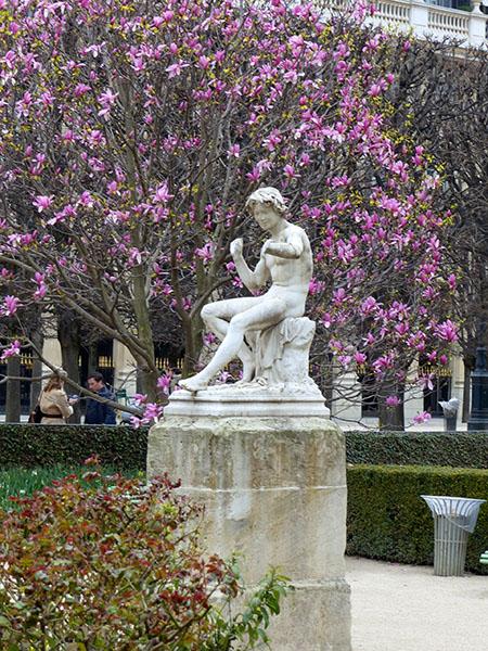 statue palais royal