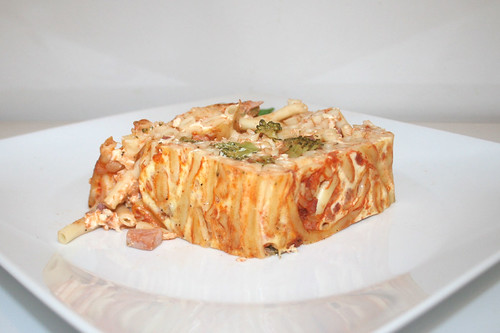 42 - Macaroni cake with broccoli & ham - Side view / Makkaroni-Kuchen mit Brokkoli & Schinken - Seitenansicht
