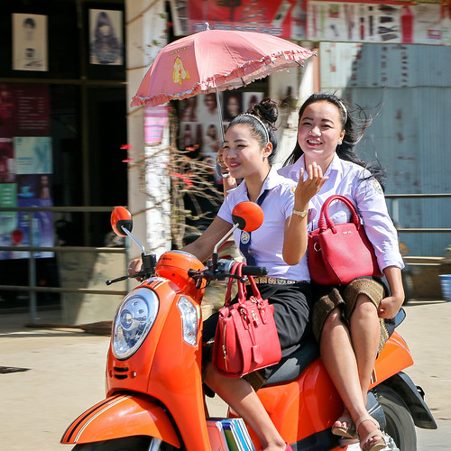 Smiling school girls on the motorbike, Luang Prabang, Laos ルアンパバーン、スクーター2人乗りの女子高生