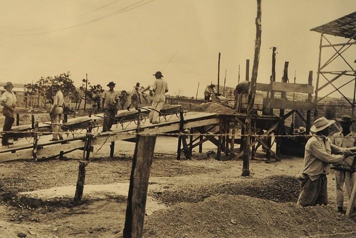...Candangos com carrinhos de mão, afinal, massa era o que não faltava. Fotografia: Arquivo Público do Distrito Federal, ArPDF.