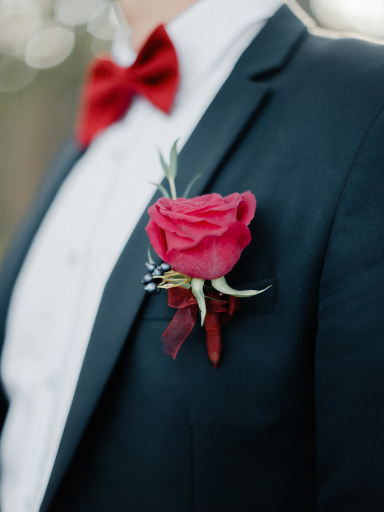 Groom's red bow tie and red boutonnieres | fabmood.com