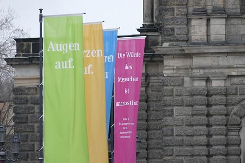 Flaggen vor der Semperoper in Dresden