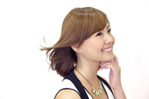 髪が風でなびいている女性