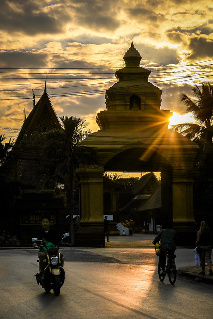 Street and Wat Manorom before sunset, Luang Prabang, Laos 日没前のルアンパバーン
