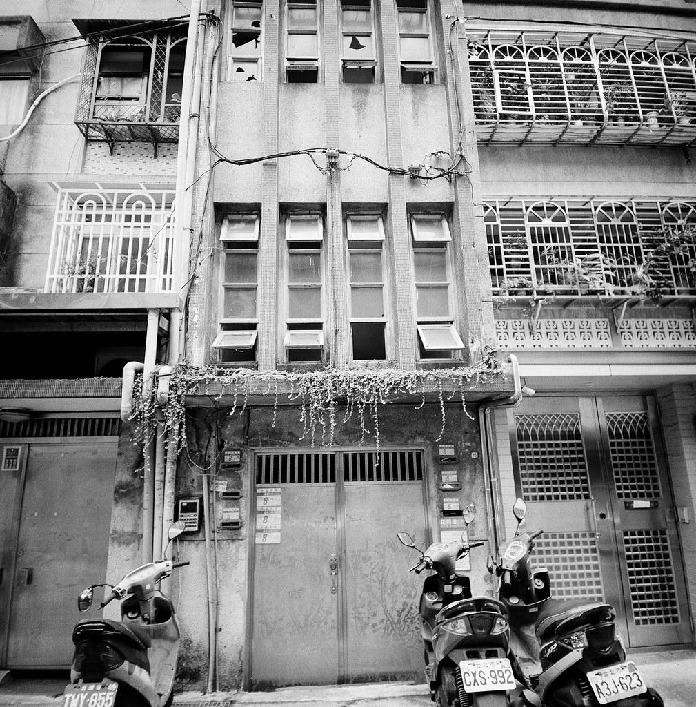 忠駝國宅 Taipei, Taiwan / Kodak TRI-X 400 / Lomo LC-A 120 2015/11/13 拿著 Lomo LC-A 120 裝黑白底片到處拍,一直在練習估焦,到這張很簡單,直接推到無限遠拍。  拍的時候沒想那麼多,但效果還不錯,就一格格密集的概念。  Lomo LC-A 120 Kodak TRI-X 400 / 400TX 120mm 3527-0002 Photo by Toomore