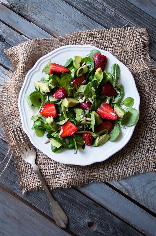 Ensalada de canónigos, fresas y aguacate