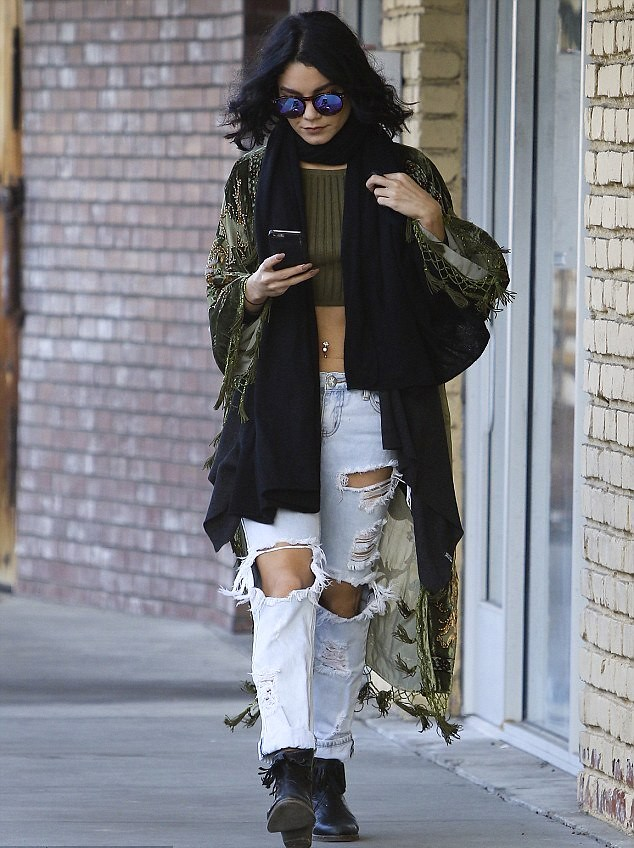 wash-out-loose-fit-destroyed-jeans-long-black-scarf-tassel-kimono-top-knit-olive-green-crop-top-boots-reflective-round-glasses-boho-chic-style-bohemian-style,how to style destroyed jeans, how to style torn jean, how to style distressed jeans, how to wear ripped jeans, how to wear destroyed jeans, how to wear torn jeans, how to wear distressed jeans