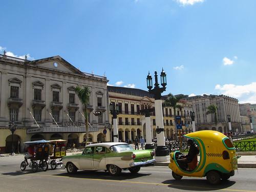 Deux tuk-tuk, une vieille voiture et un coco-taxi. Bienvenue à La Havane!