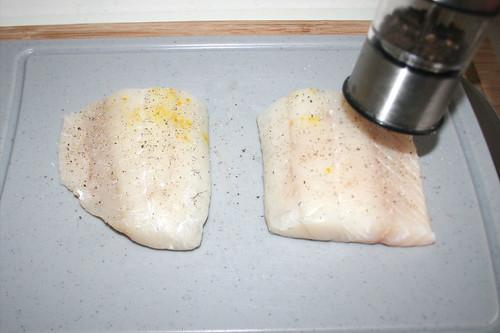 44 - Zander mit Salz & Pfeffer würzen / Season zander with salt & pepper
