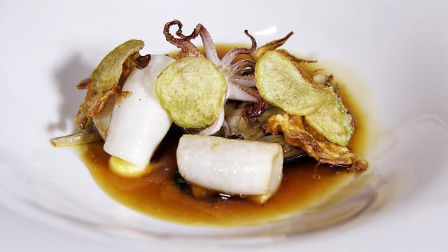 Alcachofas salteadas, calamarcitos y consomé concentrado de nécoras
