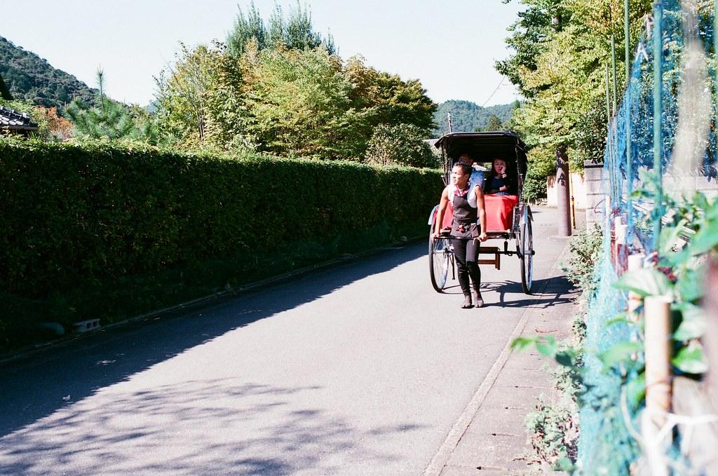 野宮神社 嵐山 Kyoto Japan / AGFA VISTAPlus / Nikon FM2 從另外一頭的竹林出來,我聽著火車的聲音走,但老實說我不知道原來這附近有車站(但或許只是鐵道沿線)  那天天氣很熱,有點熱到在找販賣機,沿著指標走回嵐山熱鬧的那條大街。  我想起了,我還有找地方寫明信片,但現在有點想不起來明信片的樣式了。  Nikon FM2 Nikon AI AF Nikkor 35mm F/2D AGFA VISTAPlus ISO400 0990-0025 2015-09-28 Photo by Toomore