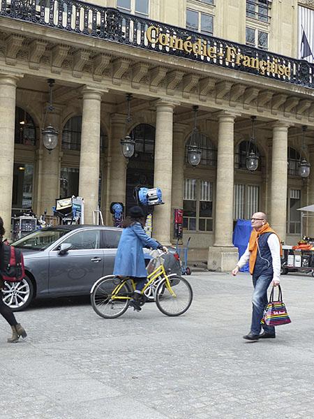 manteau bleu à vélo