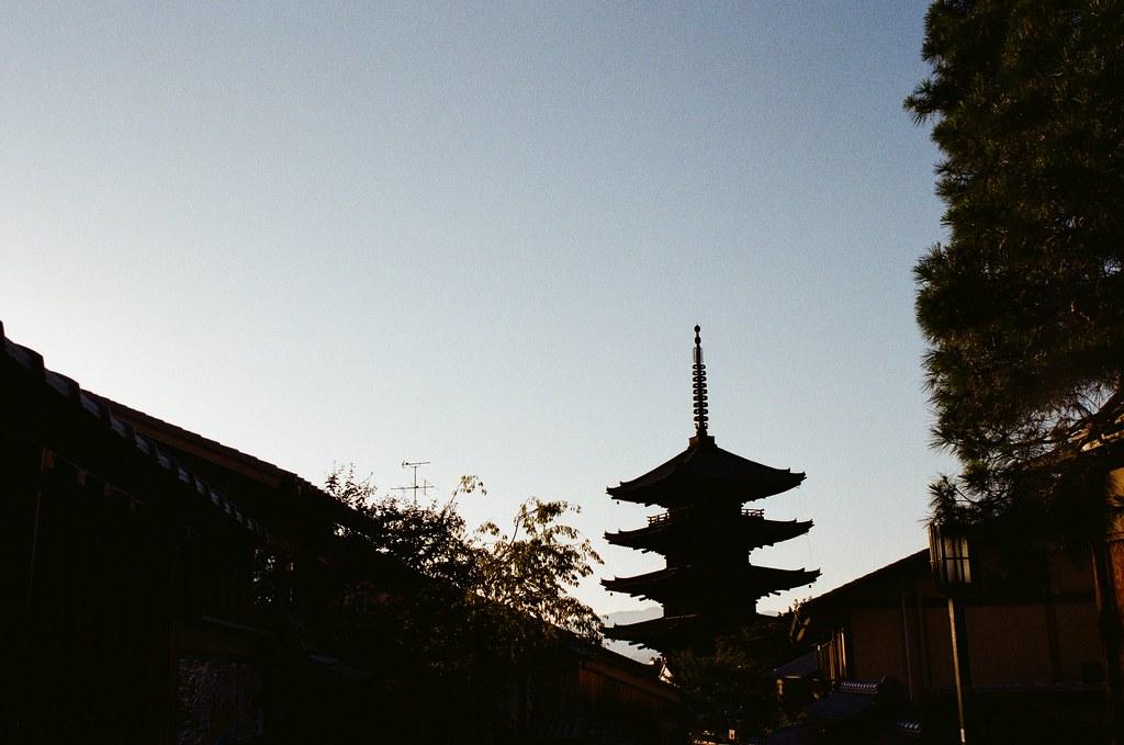 清水寺 京都 Kyoto, Japan / Kodak ColorPlus / Nikon FM2 從花見小路一路慢慢走回到清水寺,那時候在京都是住在清水寺下面,剛到京都的第一天下雨,我也是跑來拍雨天的清水寺。  延續黃昏,過來拍幾張紀念。  Nikon FM2 Nikon AI AF Nikkor 35mm F/2D Kodak ColorPlus ISO200 0991-0014 2015-09-28 Photo by Toomore