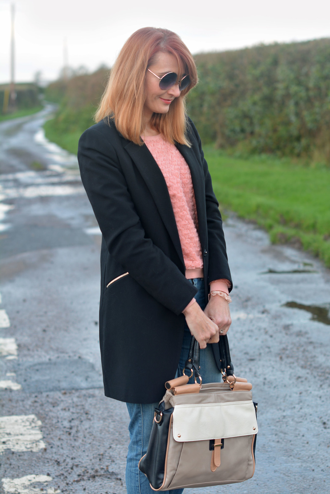 Longline black blazer, boyfriend jeans, colourblock bag