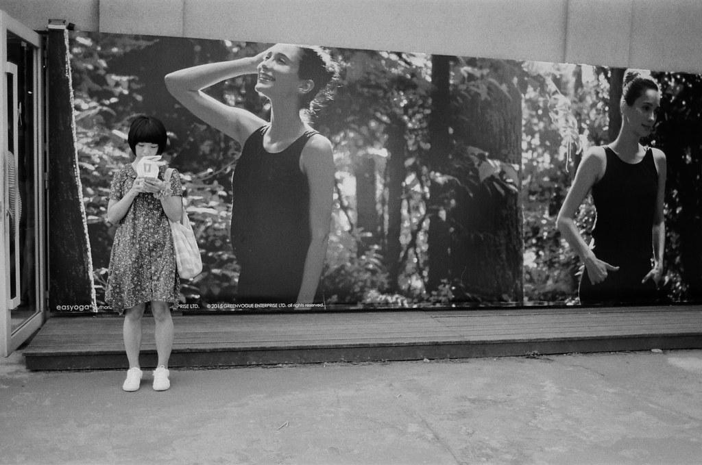 華山創意園區 / Kodak 400TX / Nikon FM2 我知道她在等人,短頭髮,小短裙,似曾相似。  Nikon FM2 Nikon AI AF Nikkor 35mm F/2D Kodak TRI-X 400 / 400TX 2940-0030 2015/11/07 Photo by Toomore