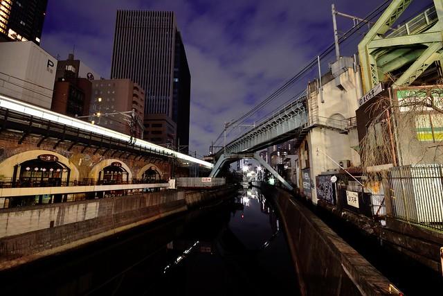 夜明け前の昌平橋から神田川を撮った写真