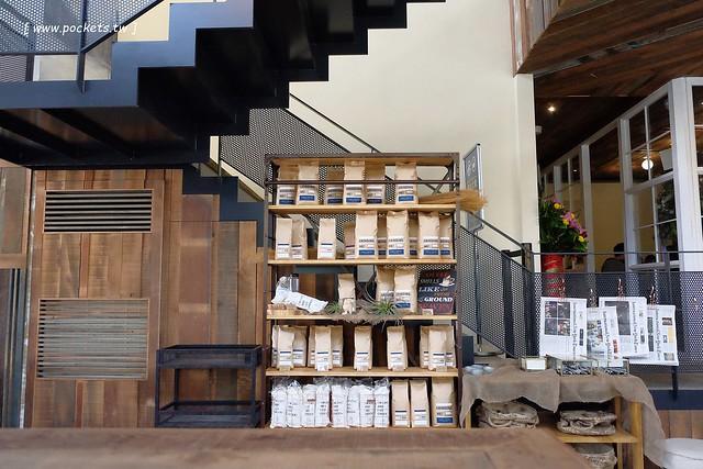 24700088929 797bf33590 z - 【台中北屯】憲賣咖啡.熱河店:充滿現代感的舒適空間,樓中樓的挑高設計,餐點令人耳目一新,附立食區和外帶區,鄰近文心路諾貝爾書局