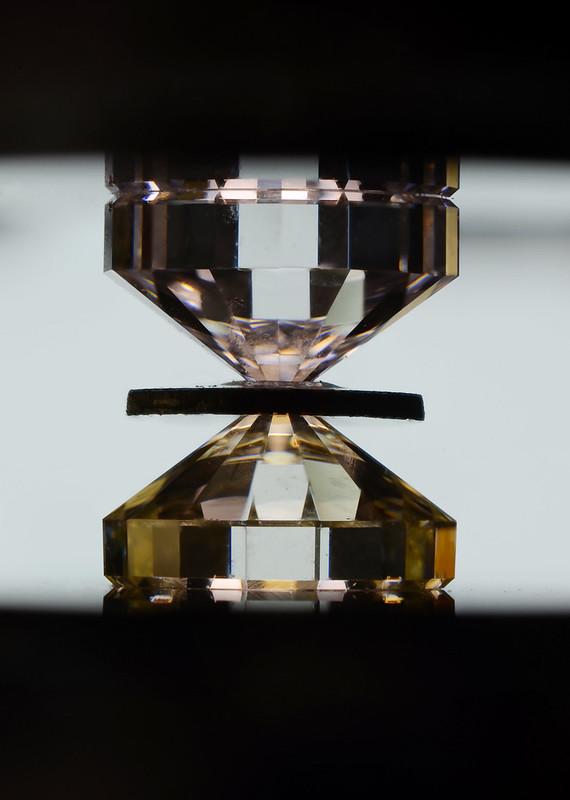 ダイヤモンドアンビル / Diamond anvil