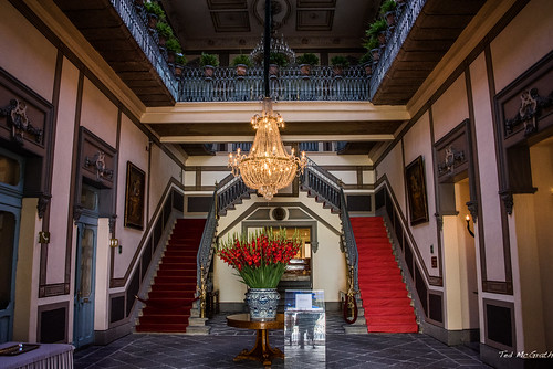 flowers red mexico steps chandelier staircase bouquet puebla foyer hotellobby gladiolas 2016 hotelfoyer pueblapuebla tedsphotos tedsphotosmexico hotelpalaciodelleonardo hotelpalaciodelleonardopuebla