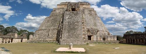 Uxmal: la Pyramide du Magicien et le Quadrilatère des Oiseaux