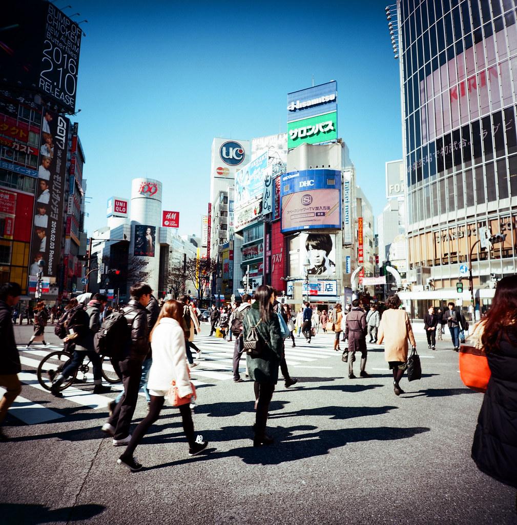 渋谷 Shibuya Tokyo, Japan / Kodak Pro Ektar 100 / Lomo LCA 120 2016/02/07 在除夕那天我離開千葉,進入東京一趟。  接著來到了渋谷,在這個大馬路上把所有的相機都拿出來盡情的按快門。  我好喜歡這裡!  Lomo LC-A 120 Kodak Pro Ektar 100 120 8282-0010 Photo by Toomore