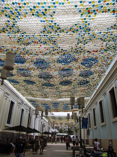 Tegucigalpa: rue piétonne décorée avec des bouteiles en plastique dans lesquelles différents liquides colorés ont été versés. Fallait y penser !