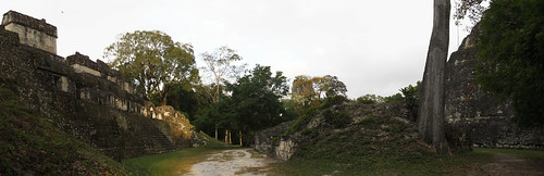Tikal: l'Acropole Centrale (à gauche) et la base du Temple du Grand Jaguar (à droite)