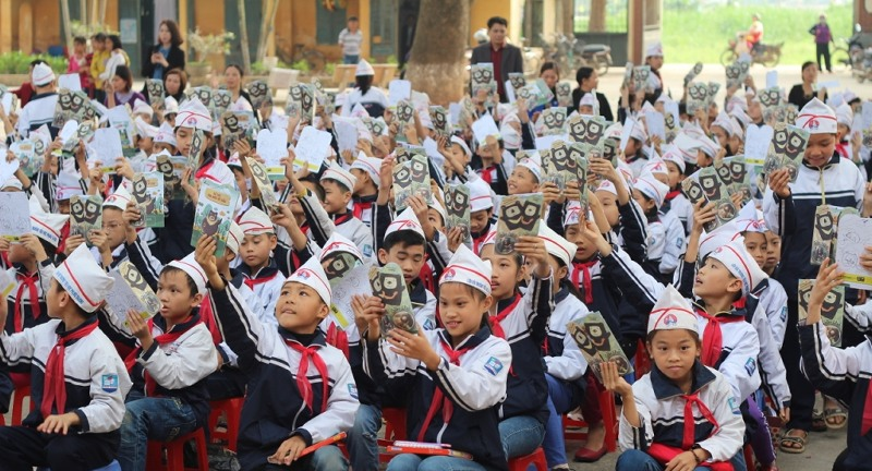 Phung thuong students raise the brochures of bear protection