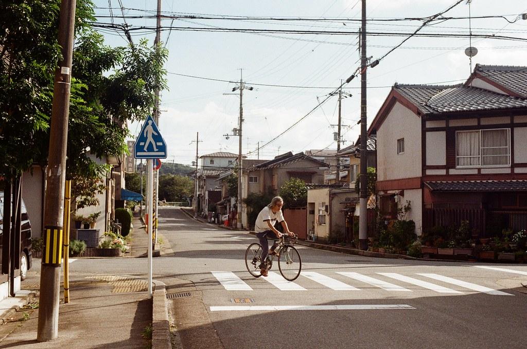 白川通 Kyoto / Kodak ColorPlus / Nikon FM2 2015/09/27 來到了白川通這邊的住宅區裡,那時候真的沒想什麼,因為下午的街道很安靜,我就在這裡隨意走、隨意拍,不看地圖,反正沒有很趕著要到哪裡,京都就這麼大,就算迷了路,也跑不到多遠去。  在一個路口停留了一下,因為發現了一些很可愛的景象,一個路口有滑板少年經過、騎腳踏車的男子、長髮豪邁的阿伯還有電動代步車的阿桑!  這個社區的下午真的有點可愛!  我記得我在這裡悠閒的拍完一捲底片!  Nikon FM2 Nikon AI Nikkor 50mm f/1.4S Kodak ColorPlus ISO200 0986-0037 Photo by Toomore
