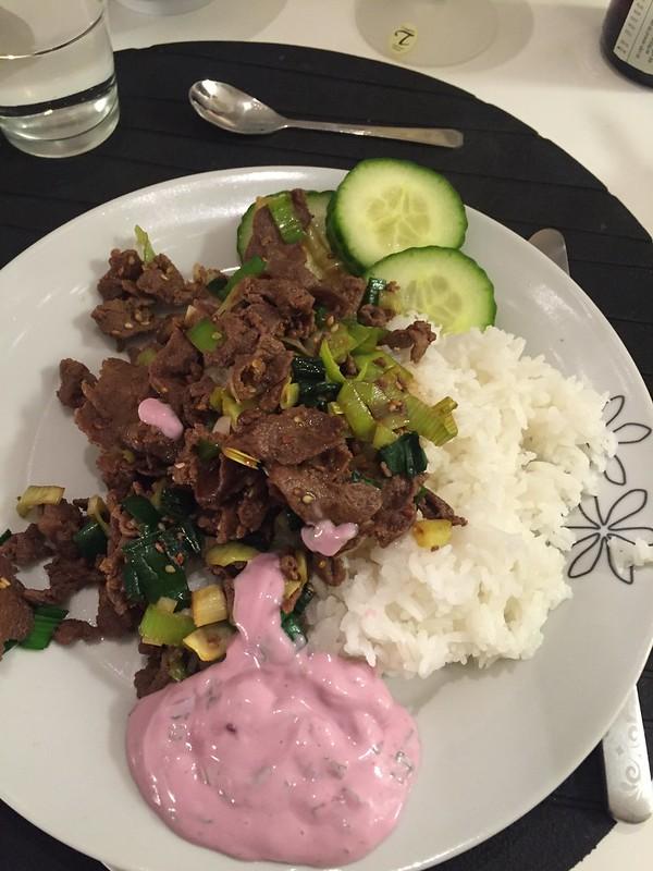 Julia dagen huvudrätt: Yakiniku med ris, på renskav och med svartavinbärs sås.