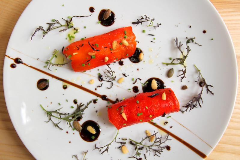 Rolka z pečených paprik plněná s ricottou a fetou, mizuna
