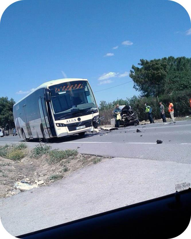 Una persona atrapada en el choque entre un autobús y un turismo