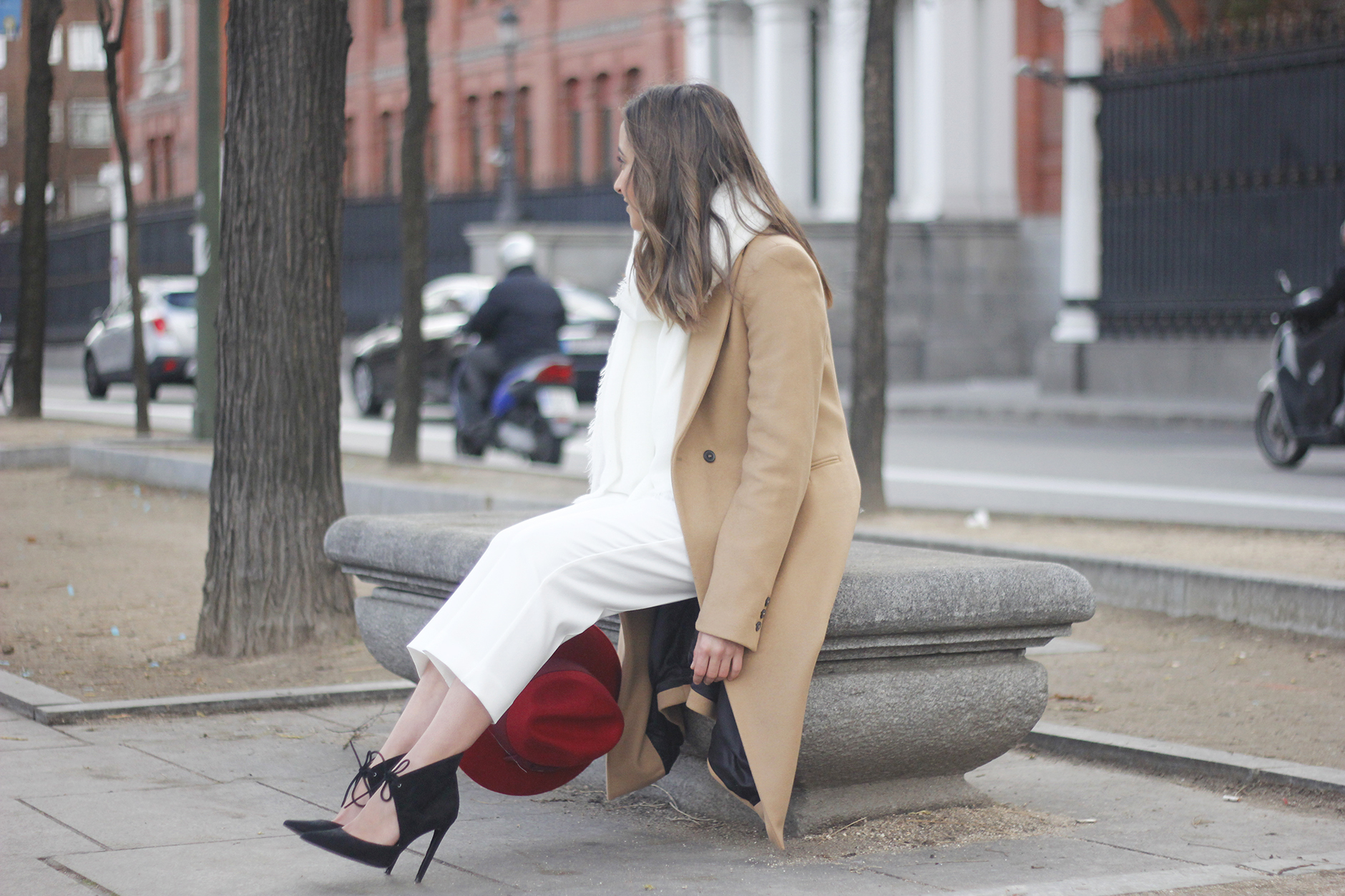 Camel Coat Red Hat Black Heels White pants streetstyle outfit04