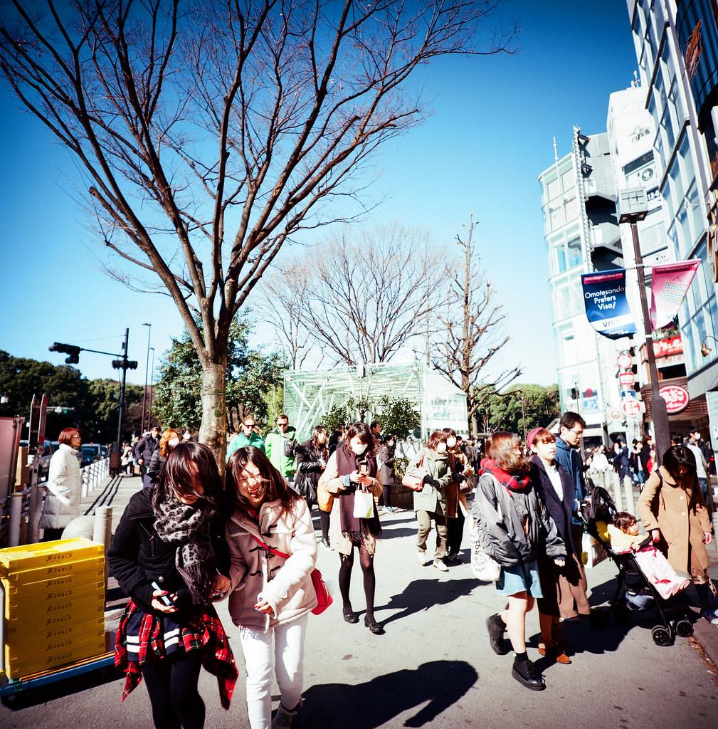 表參道 明治神宮 Tokyo, Japan / Kodak Pro Ektar 100 / Lomo LCA 120 2016/02/07 在除夕那天我離開千葉,進入東京一趟。  接著來到了表參道、明治神宮,之前來的時候有買一個必勝的御守,工作之後還滿順利的,這次回來感謝一下!  想不到要買什麼給妳,所以就幫妳帶一個御守。  Lomo LC-A 120 Kodak Pro Ektar 100 120 8282-0005 Photo by Toomore