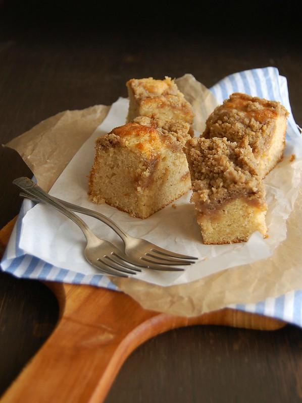 Crumb cake with orange marmalade / Bolo com geleia de laranja e cobertura streusel