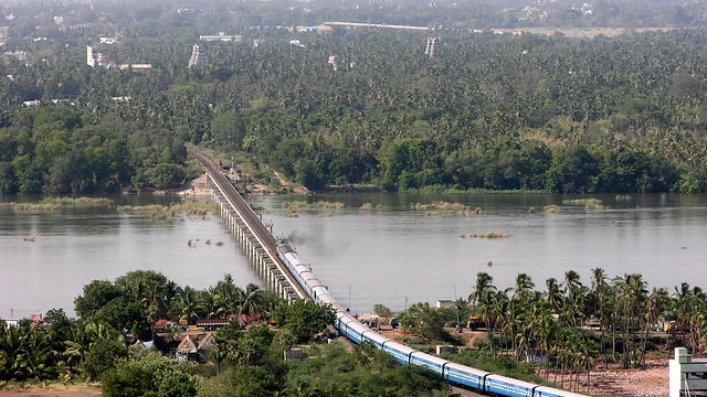 Tren cruza el río Kollidan en Trichy