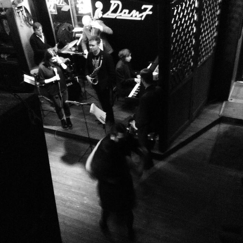 今夜はジャズバーで超久しぶりにジャズを。ステージ手前でカップルがすごく上手にダンスし始めて、途中から私の目はそっちに釘付け。 #サンクトペテルブルク #jazz #санктпетербуг #джазкафе
