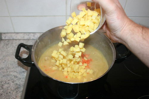 31 - Restliche Möhren & Kartoffeln in Topf geben / Add remaining carrots & potatoes to pot