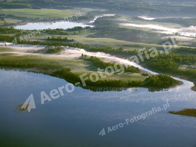 Jezioro Pozezdrze w porannej mgle.