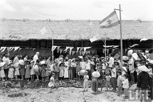 South Vietnam 1955 - by John Dominis - cờ của Phong trào Cách mạng Quốc gia