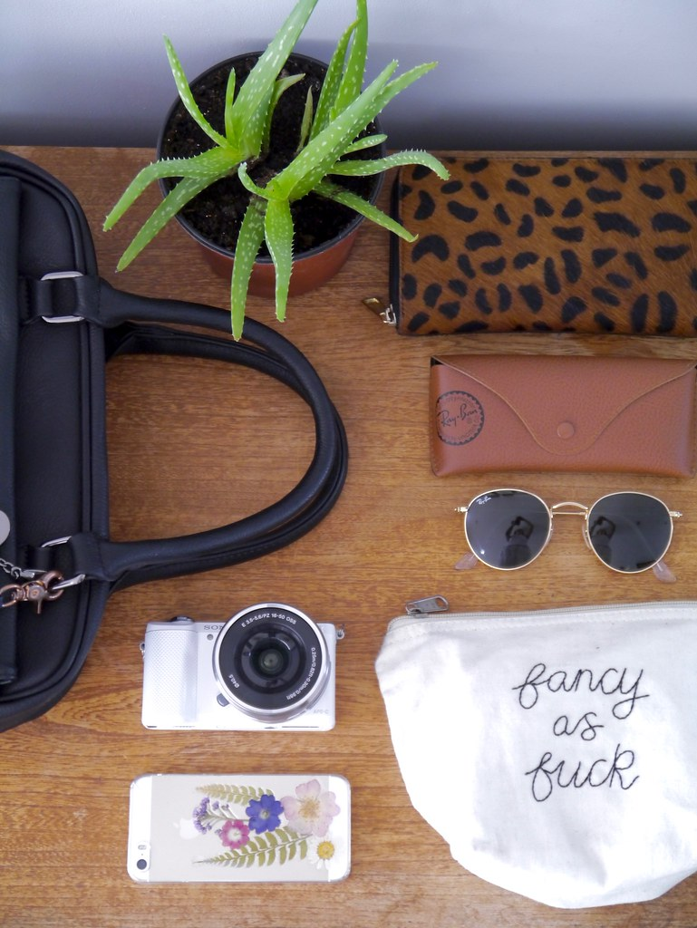 whats in my bag, everyday bag,katelouiseblog,flatlay,beauty,