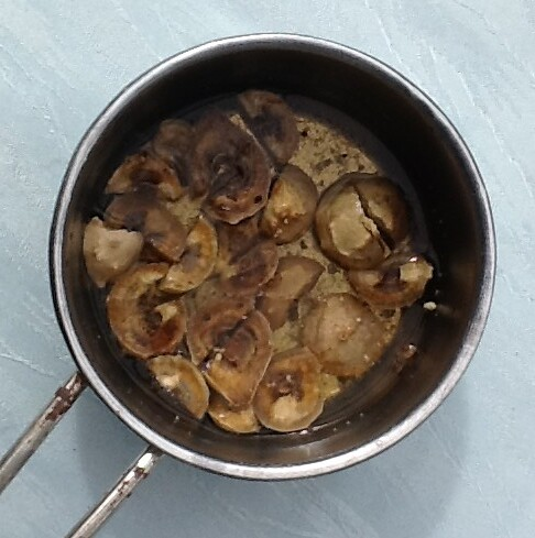 Galläpfel, geweicht und geschnitten
