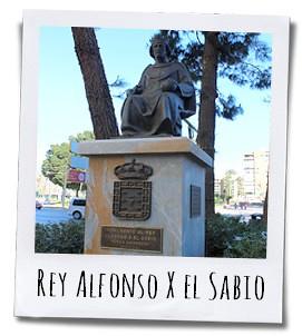 De koning kijkt vanop z'n troon de Gran Vía Alfonso X de Sabio in