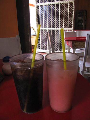 """Granada: une """"grama"""" (boisson brune à base d'herbe de blé) et une """"cebada"""" (boisson rose à base d'orge)"""