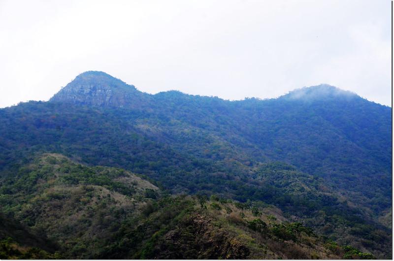枋山溪北望巴層巴墨山山頭稜線,左為825山頭、右為巴層巴墨山前山頭